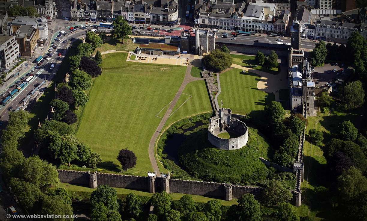 Cardiff_Castle_air_cb14624.jpg
